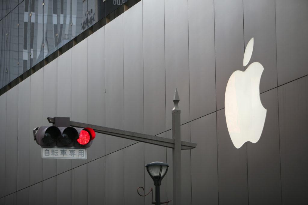לוגו של אפל על בניין ליד רמזור