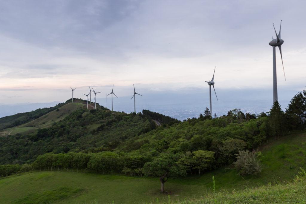 שורה של טורבינות רוח שמייצרות חשמל לאורך הר בקוסטה ריקה