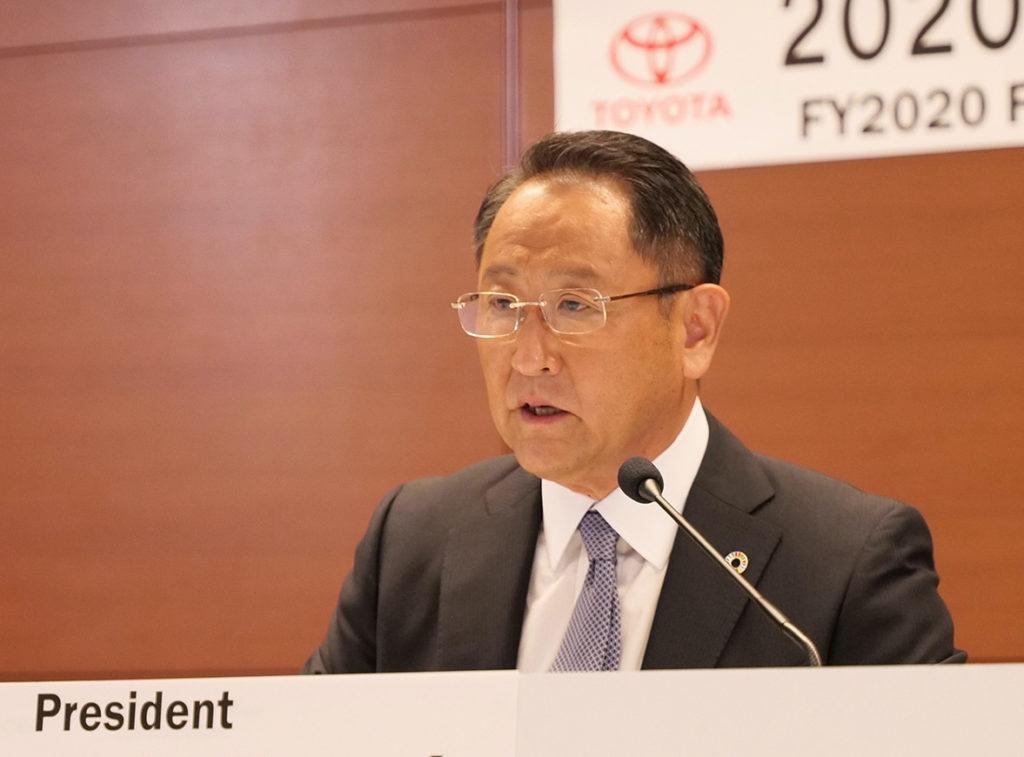 אקיו טויודה נשיא חברת טויוטה נואם בכנס של החברה