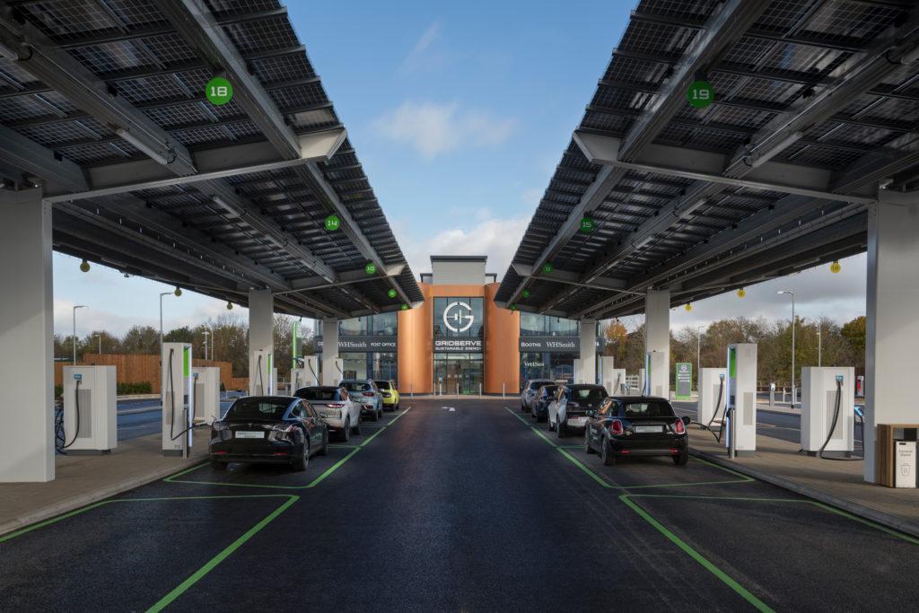 איזור טעינה לרכבים חשמליים של חברת Gridserve בבריטניה