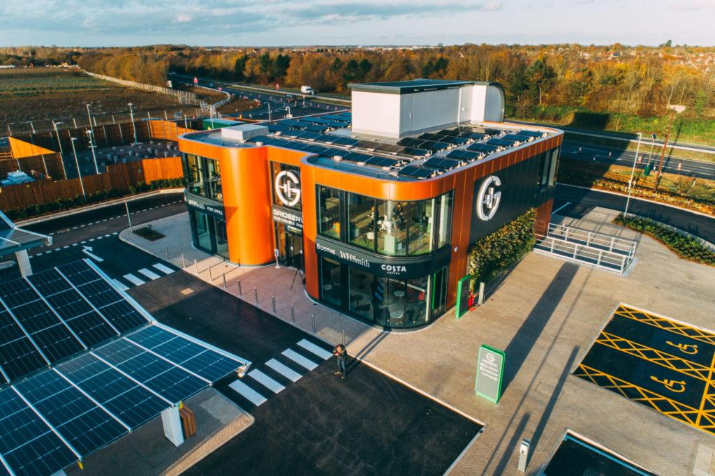 מתחם חנויות באיזור נוחות וטעינה לרכבים חשמליים בבריטניה