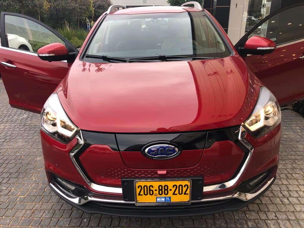 רכב חשמלי של JAC בצבע אדום