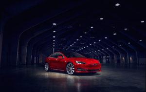 קדמת הרכב של טסלה מודל S בצבע אדום