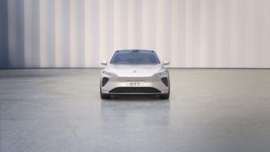 מבט מקדמת הרכב על הסדאן החשמלית החדשה של חברת ניו, ה-ET7 בצבע לבן