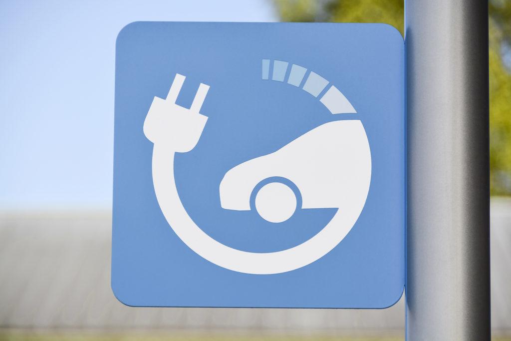 שלט כחול של עמדת טעינה לרכב חשמלי על עמוד