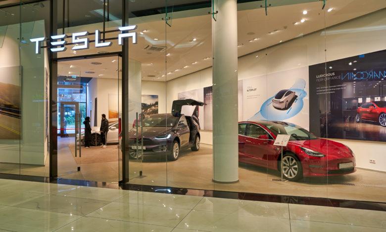 אולם תצוגה של טסלה בברלין עם שני רכביםי של טסלה