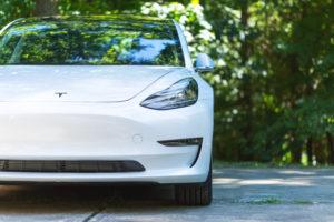 טסלה מודל 3 בצבע לבן מקדמת הרכב