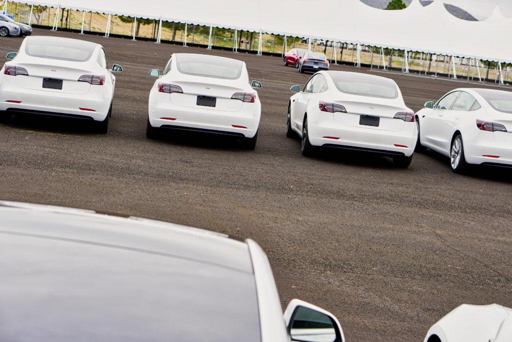 רכבי טסלה מודל 3 בצבע לבן שנת 2020 בחניה מחכים למסירה ללקוחות