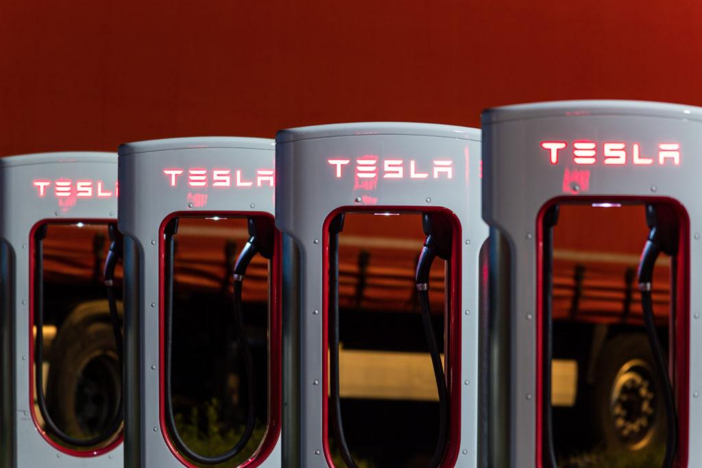 עמדות מהירות Superchargers של חברת טסלה בלילה