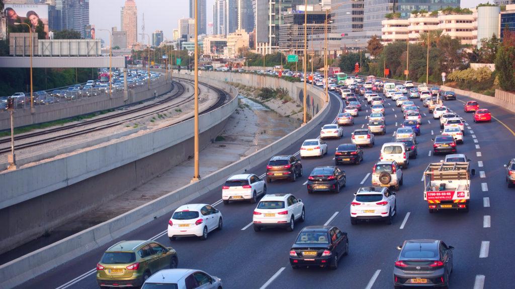 תנועה ורכבים רבים בכביש איילון בתל אביב