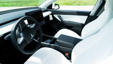 עיצוב הפנים של הטסלה מודל Yבצבע לבן עם נגיעות של שחור, נקי חדשני