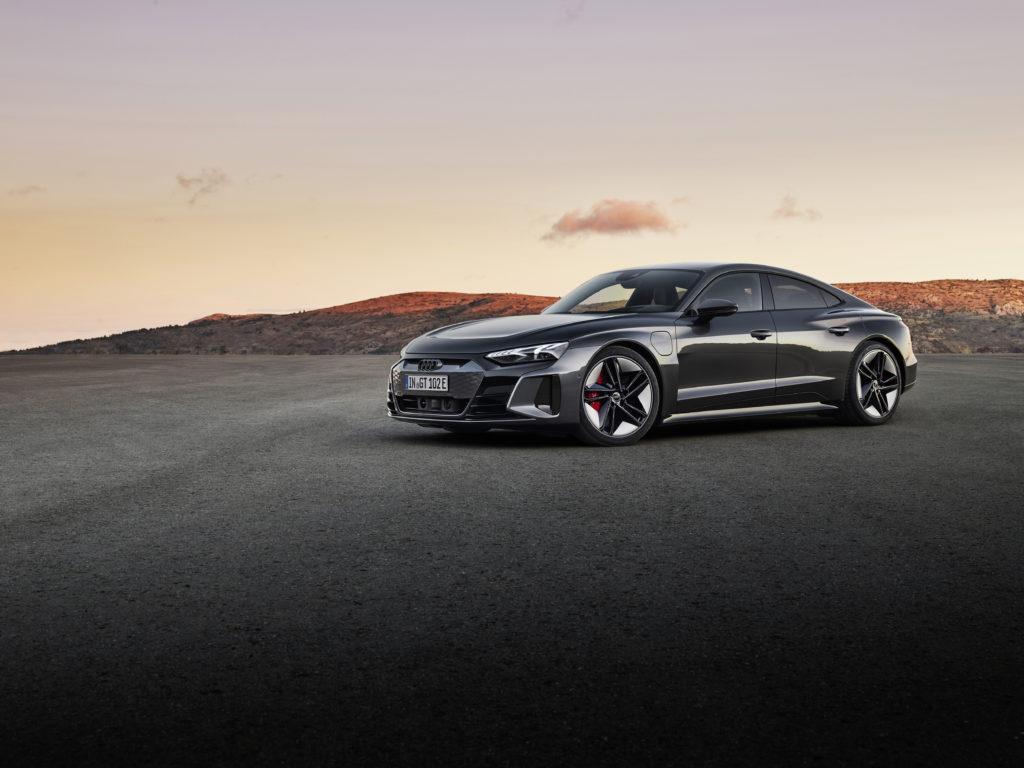 אאודי אי-טרון GT RS חשמלית בצבע אפור כהה על הכביש