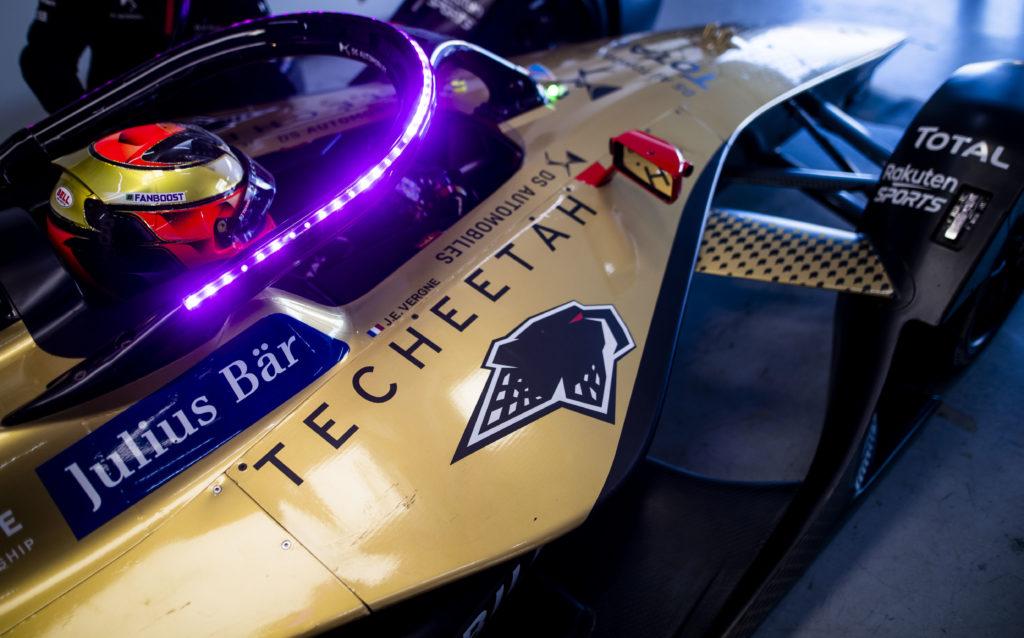 רכב המירוצים של DS Techeetah של הפורמולה E בצבע זהוב וסגול