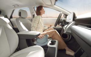 אישה יושבת במושב הנהג של האיוניק 5 החשמלית