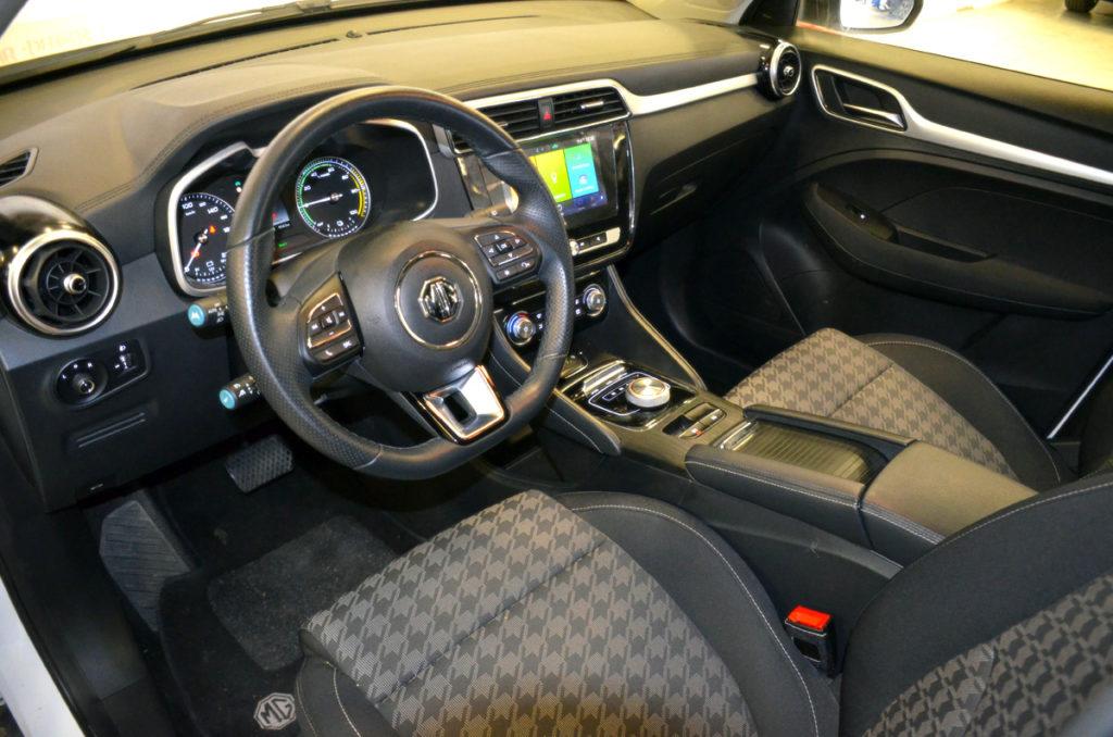 פנים הרכב של ה-MG ZS EV החשמלית וסביבת הנהג