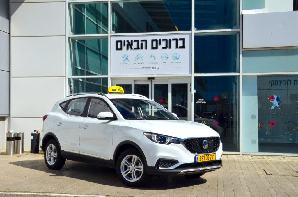 מונית חשמלית לבנה מסוג MG ZS EV בישראל מבט צד