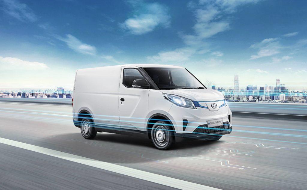 רכב מסחרי חשמלי של מקסוס E Deliver 3 בצבע לבן נוסע על כביש
