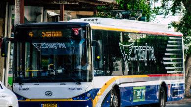 אוטובוס חשמלי קו 4 של חברת דן נוסע בתל אביב