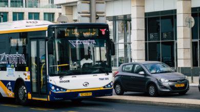 אוטובוס חשמלי קו 17 נוסע ליד הים בתל אביב