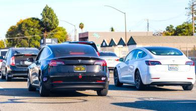 שני רכבי טסלה נוסעים על כביש מהיר באיזור סן פרנסיסקו ארצות הברית