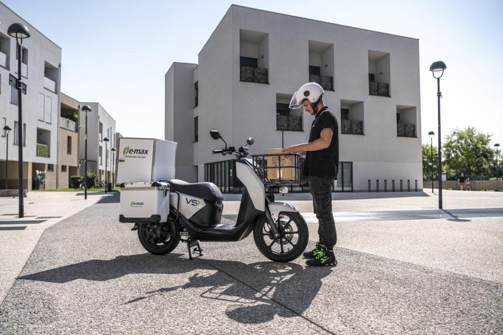 רוכב קטנוע על הסופר סוקו VS1 החשמלי