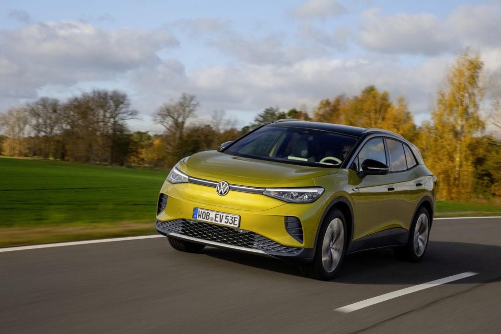 רכב פנאי שטח חשמלי פולקסווגן ID.4 בצבע צהוב על כביש בינעירוני