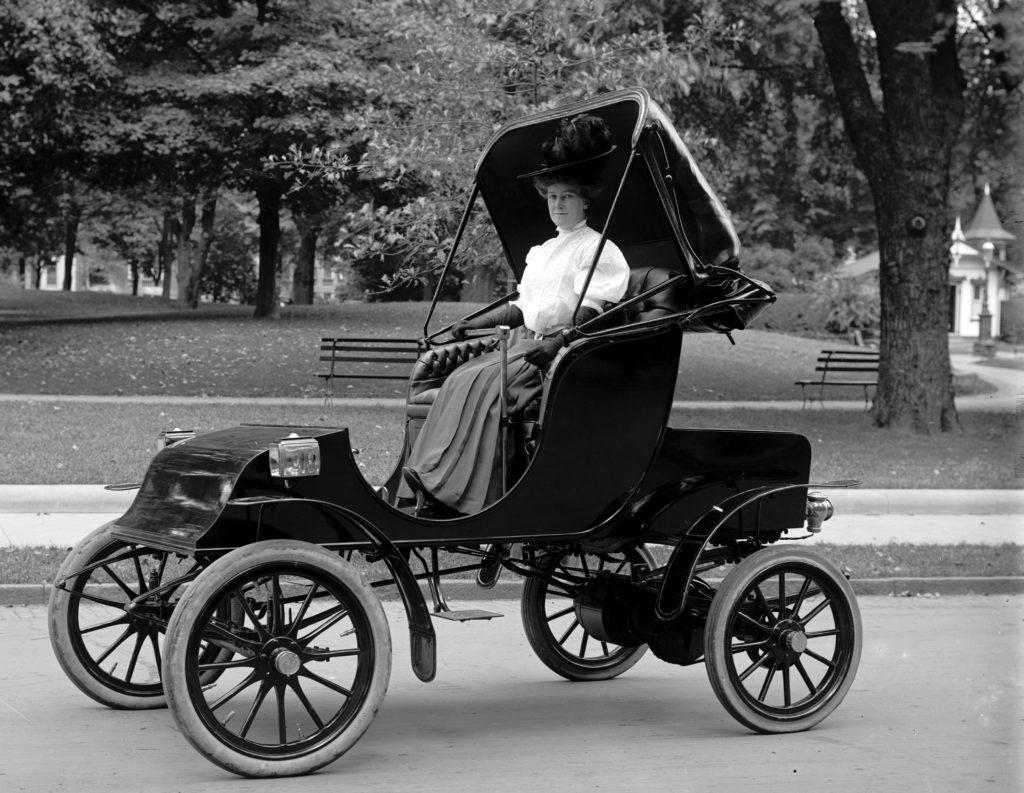 אישה ברכב חשמלי משנת 1910