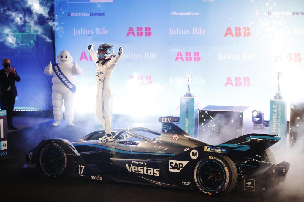 ניק דה-וריאס נהג קבוצת מרצדס EQ חוגג על מכונית הפורמולה E של הקבוצה