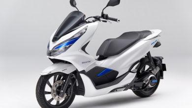קטנוע חשמלי בצבע לבן פנינה עם נגיעות בכחול מסוג הונדה PCX