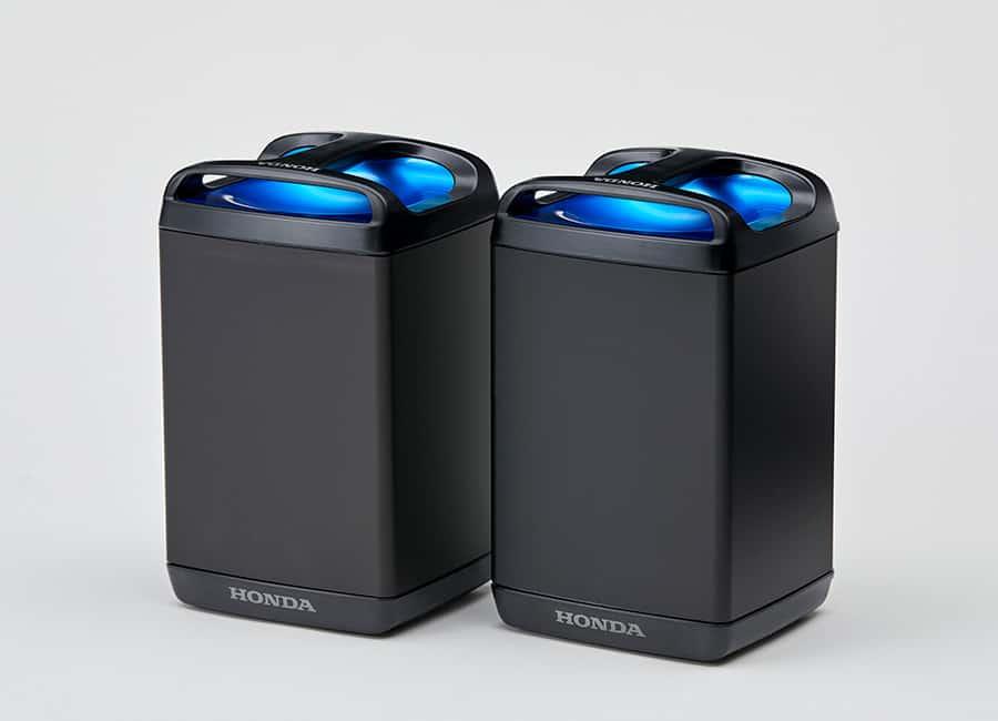 שתי סוללות שחורות גדולות של הונדה המיועדות לקטנוע החשמלי של החברה
