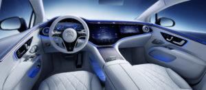 פנים הרכב של המרצדס EQS החשמלית עם מסך ענק