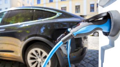 רכב חשמלי מחובר לעמדת טעינה, קירוב על הכבל של הרכב
