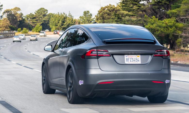 טסלה מודל X בצבע אפור כהה בכביש מהיר בקליפורניה ארצות הברית