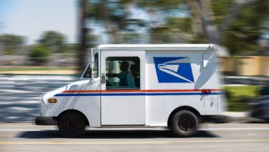 רכב משלוחים של חברת USPS נע ברחבי ארצות הברית