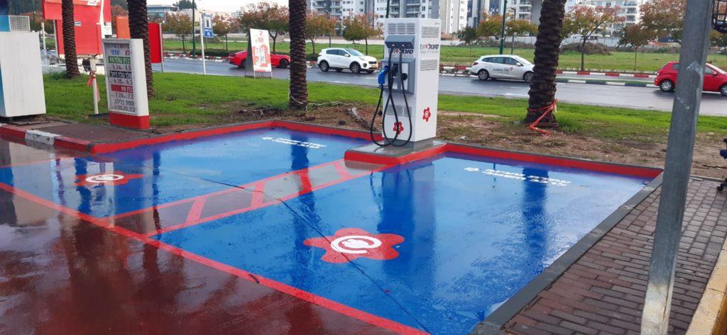 עמדת טעינה מהירה עם חניות מסומנות בכחול בתחנת סונול אילוש