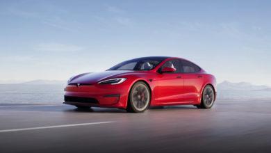 טסלה מודל S גרסת 2021 בצבע אדום בנסיעה על כביש