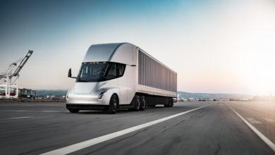 משאית חשמלית טסלה סמי בצבע לבן על הכביש