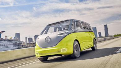 פולקסווגן ID Buzz חשמלי בצבע צהוב נוסע על הכביש