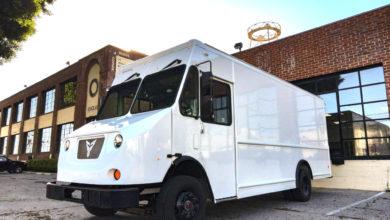 ואן משלוחים חשמלי בצבע לבן של חברת Xos Trucks חונה בעיר