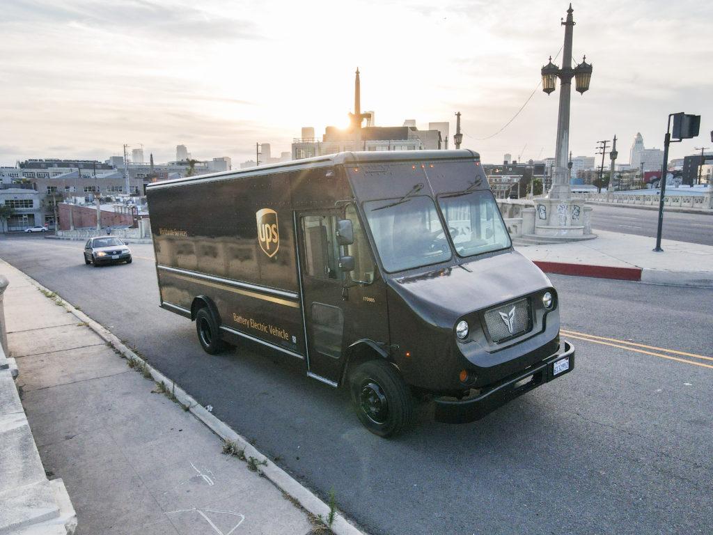 ואן משלוחים חשמלי של Xos Trucks בשירות חברת UPS בנסיעה בארצות הברית