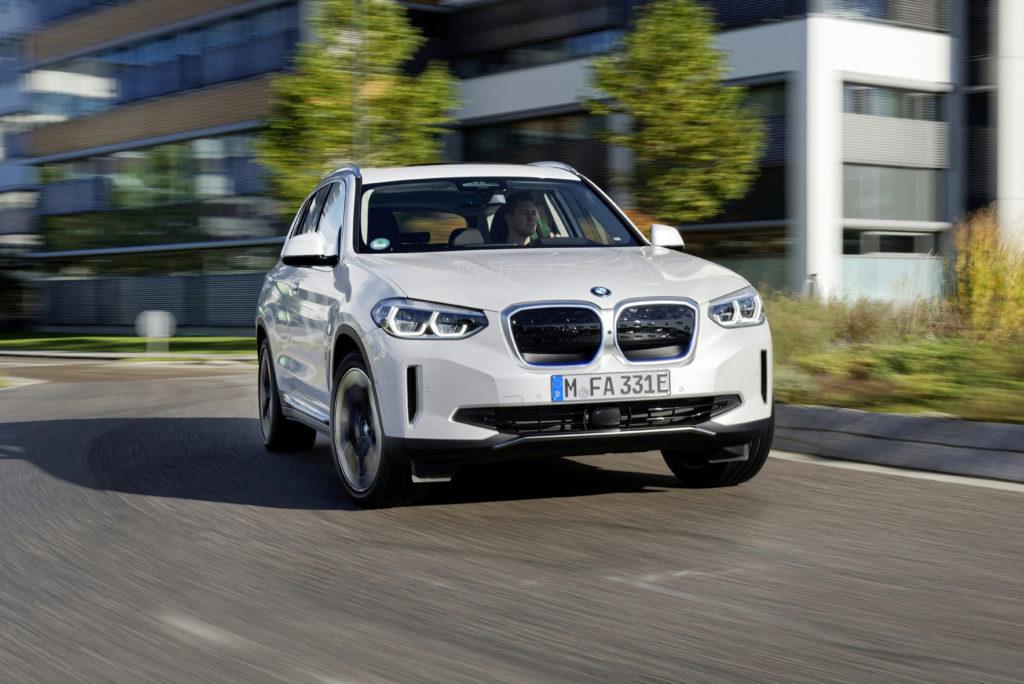BMW iX3 החשמלי בנסיעה בכביש