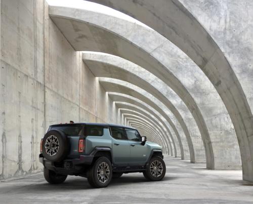 האמר חשמלי סגור SUV של GM מבט מאחורי הרכב
