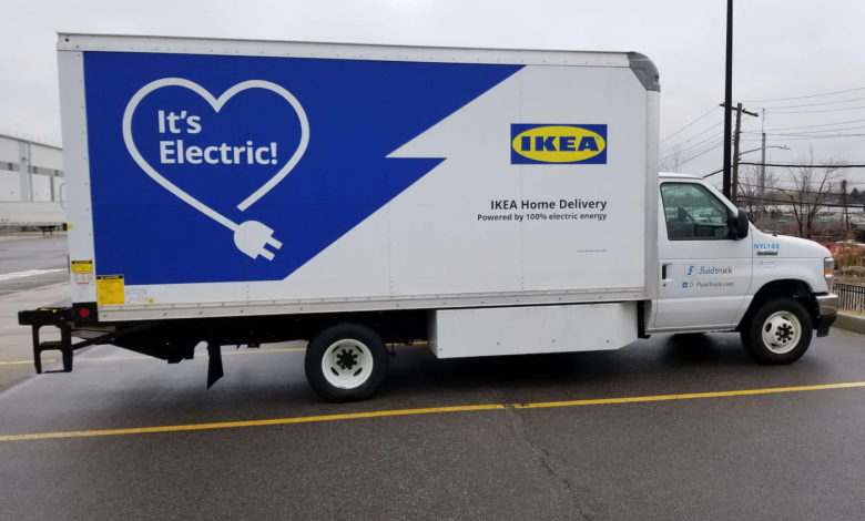 משאית חשמלית לבנה של איקאה בארצות הברית, עם הכיתוב It's Electric