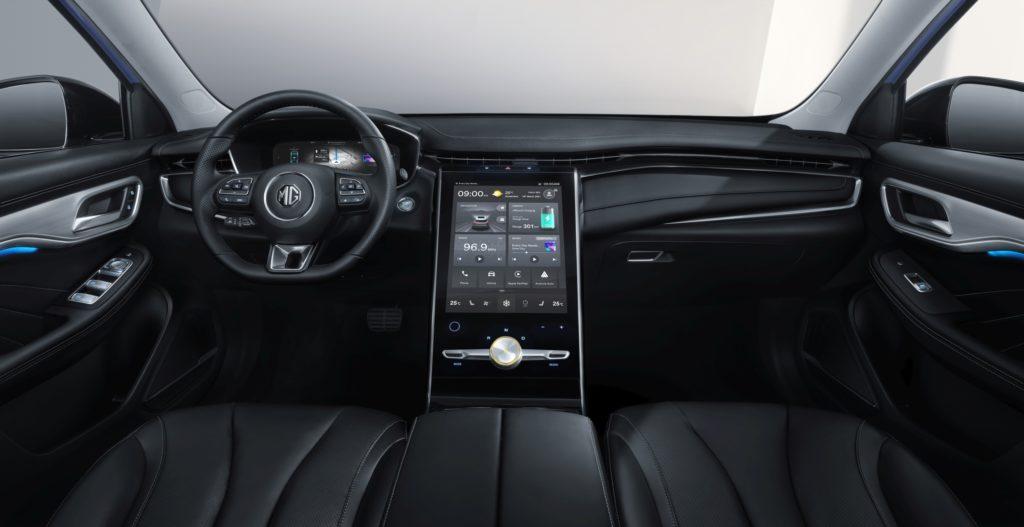 פנים הרכב של הMG מרבל R עם מסך מולטמדיה גדול במרכז הרכב