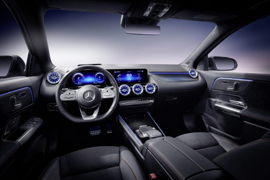 פנים הרכב של ה-EQA החשמלית עם מסך מגע רחב