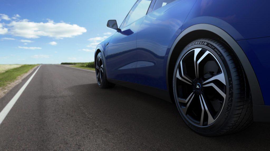 צמיגי פיילוט ספורט EV של מישלן על רכב חשמלי בצבע כחול על כביש