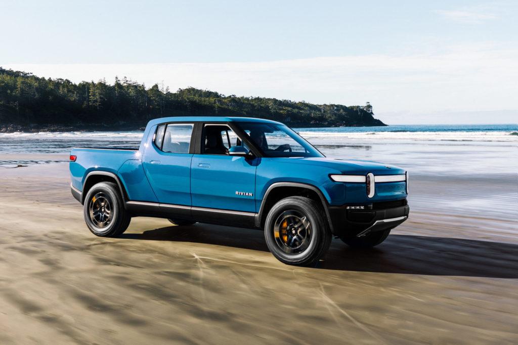 ריביאן R1T בצבע כחול על חוף ים