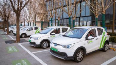 רכבים חשמליים קומפקטיים בחניות מיועדות לרכבים חשמליים ומחוברים לעמדת טעינה בסין
