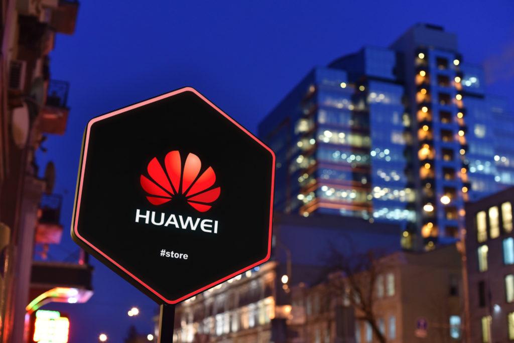 שלט של חנות של וואווי ברחוב עם הלוגו של החברה בצבע אדום