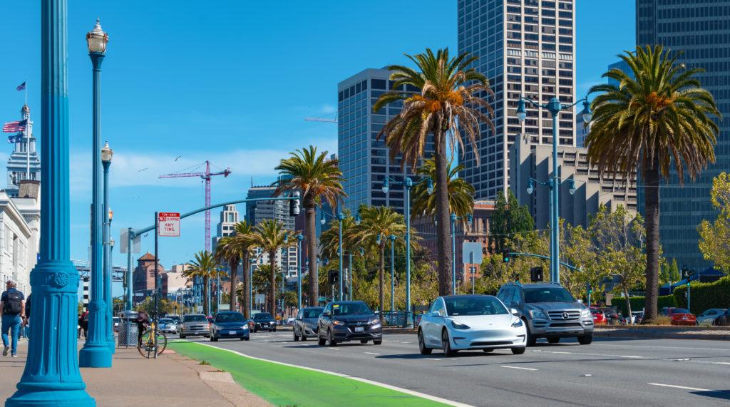 טסלה מודל 3 בצבע לבן על כביש בסן פרנסיסקו ארצות הברית